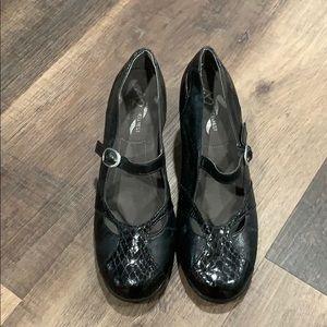 closed toed heels